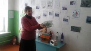Учитель биологии Мороз Т.В. демонстрирует простейший способ кормушки для птиц